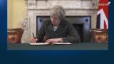 """Al via la Brexit, May firma la lettera per Bruxelles: """"Momento storico"""""""